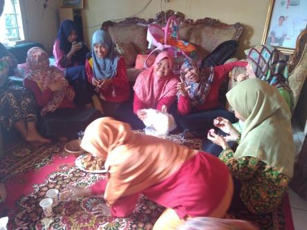 Silaturrahim Warga SMP Negeri 10 Lahat 2 ke Rumah Ibu Ririn UKS